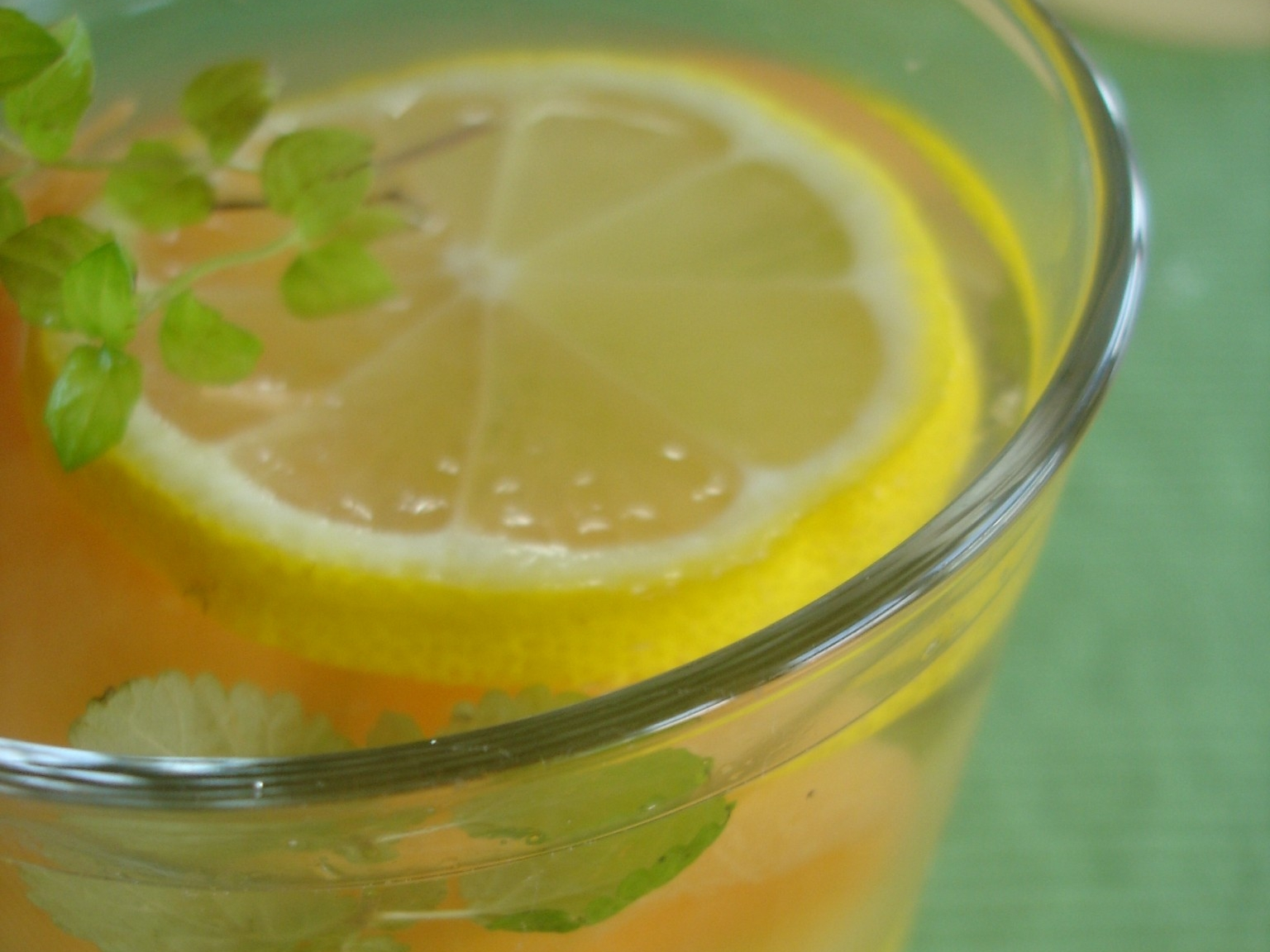 Grüner Zitronen-Eistee mit Melone