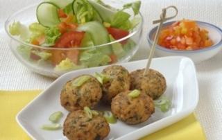 Tofu-Kokos-Laibchen mit Salat