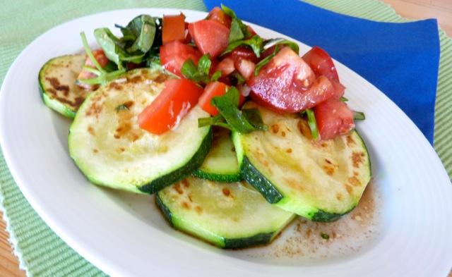 gebratene Zucchini mit Tomaten-Basilikum-Salsa