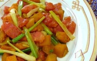 Kürbis, Frühlingszwiebeln und Tomaten aus dem Backofen