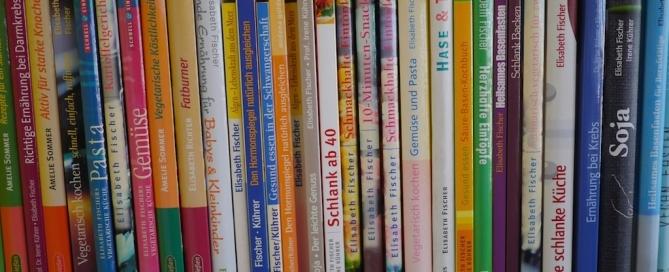 Bücherregal mit Elisabeth Fischers Büchern (Ausschnitt)