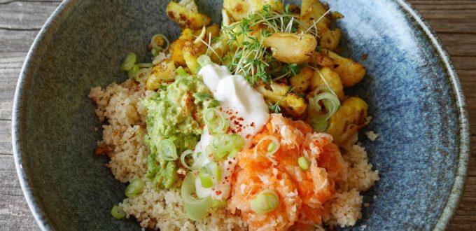 Bowl mit Blumenkohl, Couscous und Guacamole