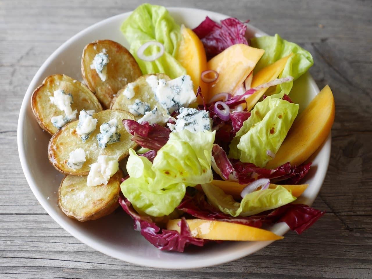 Salat mit Ofenkartoffel