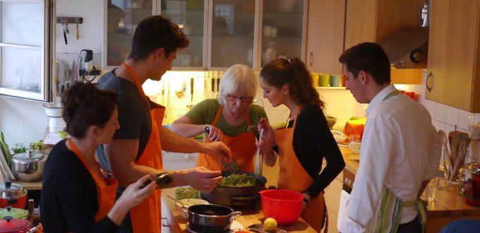 Kochkursteilnehmer mit Elisabeth Fischer