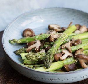 Asia Spargel Pilz Salat in blauer Schüssel