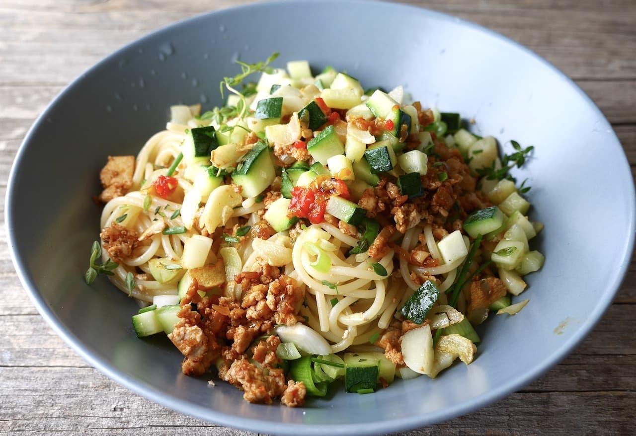 Zucchini-Spaghetti mit gebratenem Krümel-Tofu