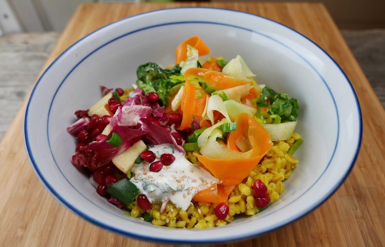 Vegetarische Bowl mir Kohlrabi-Blattgemüse aus dem Wok, Kräuter-Sesam-Dipp, Radicchio-Apfel-Salat und Kurkuma-Perlweizen
