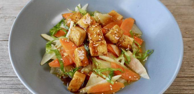 Sesam-Sherry-Tofu auf Zitronengemüse im Wok gebraten