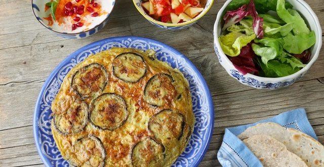 Auberginen-Tortilla mit Salat und Minz-Sauce
