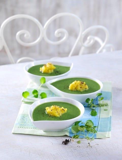 Grüne Detox-Suppe in weissen Suppenschalen